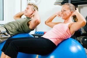 Bauchmuskeltraining zu Hause mit Gymnastikball