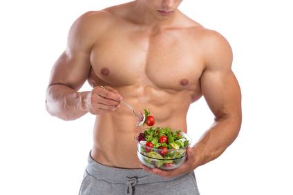 gesunde ernährung salat essen bodybuilding bodybuilder muskeln gesund gesundheit mann muskulös freisteller